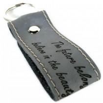 Gravur Leder Schlüsselanhänger 8 cm lang mit Kontrastnaht - color