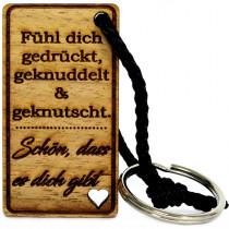 Gravur Schlüsselanhänger aus Holz Modell: Fühl dich gedrückt, geknuddelt & geknutscht