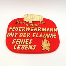 """Holzspruchtafel """"Hier wohnt ein Feuerwehrmann mit der Flamme seines Lebens"""" 23 cm"""